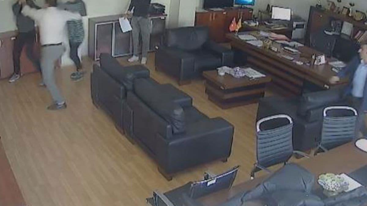 İstanbul'da kızına küfür eden öğrenciyi müdürün odasında döven baba kamerada