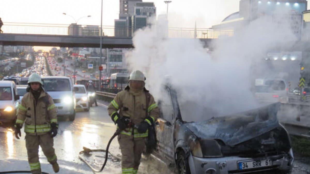 D-100'de araç alev alev yandı, trafik yoğunluğu oluştu