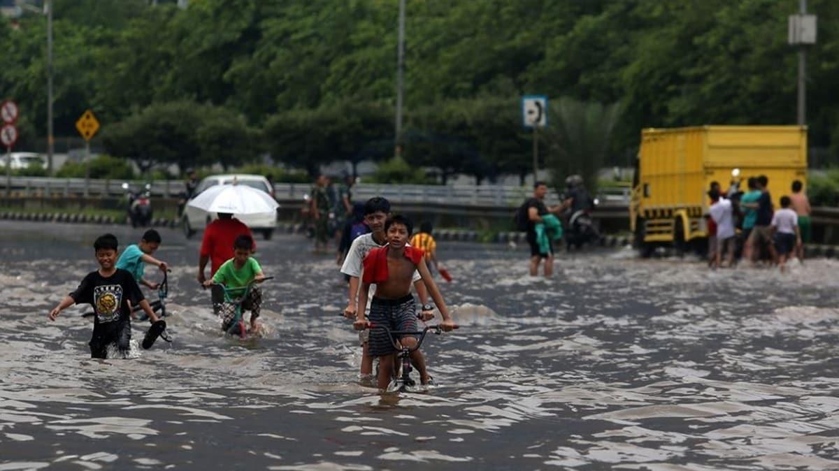 Endonezya'da şiddetli yağışlar hayatı olumsuz etkiliyor