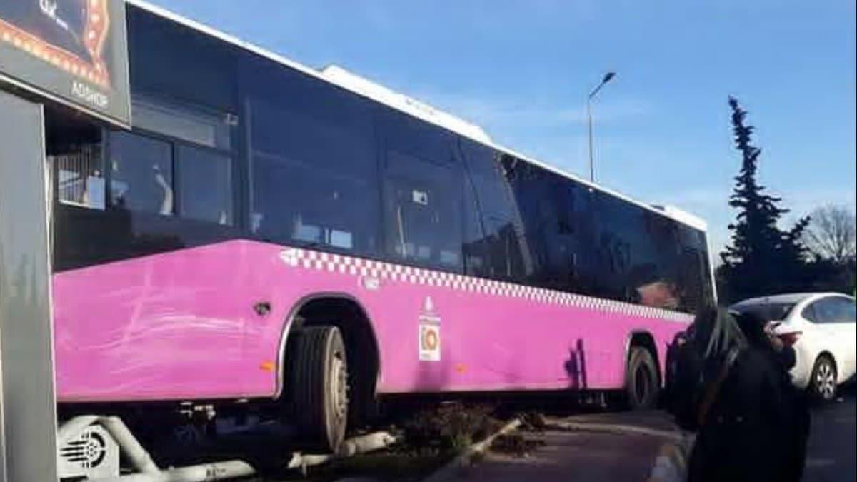 Ataşehir'de, İstanbul Otobüs AŞye ait içi yolcu dolu otobüs ile otomobil çarpıştı