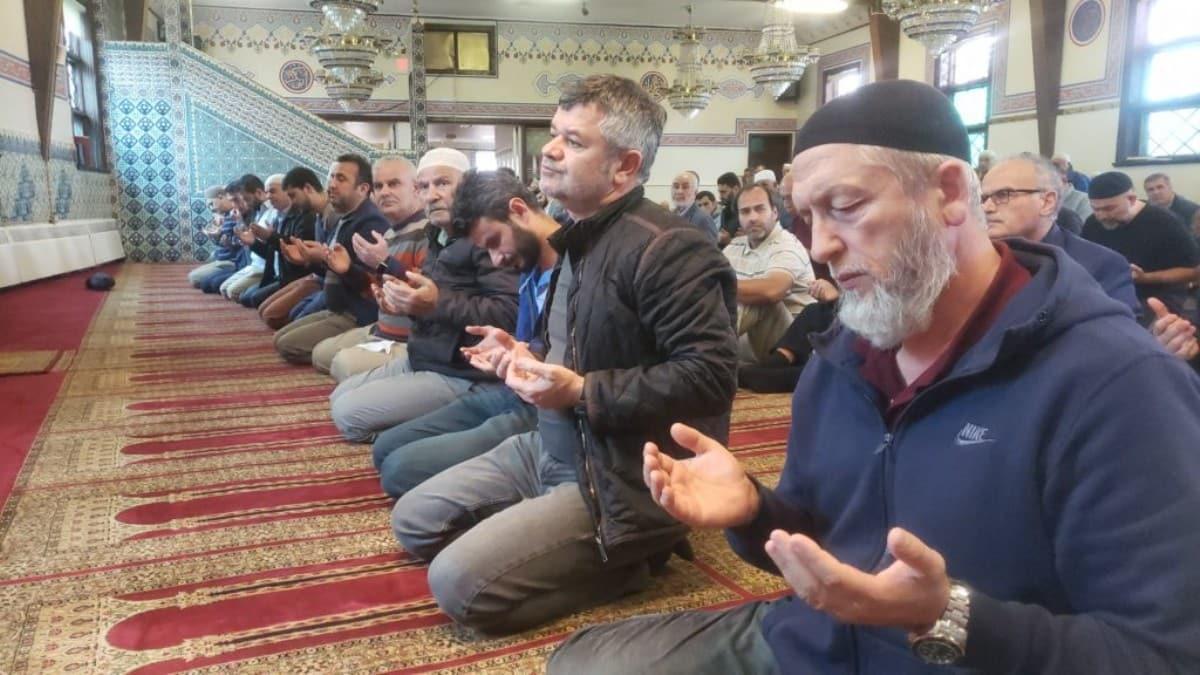 ABD'deki Türkler camilerde ellerini Mehmetçiğimiz için açtı