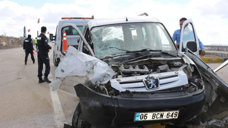 Vinç ile hafif ticari araç çarpıştı: Yaralılar var