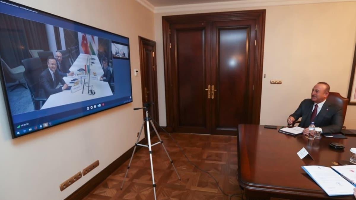 Bakan Çavuşoğlu, Macaristan Dışişleri Bakanı ile video konferansla görüştü