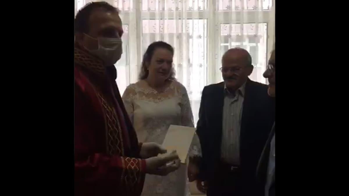 Bayrampaşa Belediyesi, evlenmek isteyen çiftin nikahını evlerinde kıydı