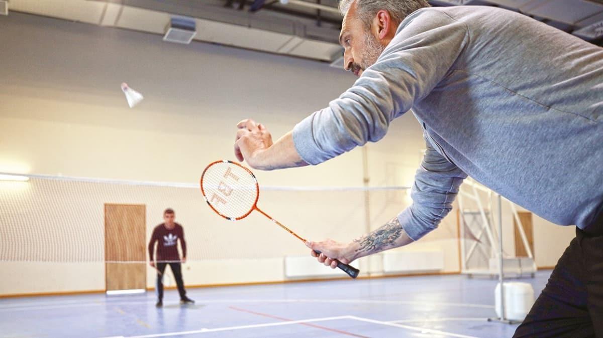 Gardiyandan mahkumlara badminton dersi