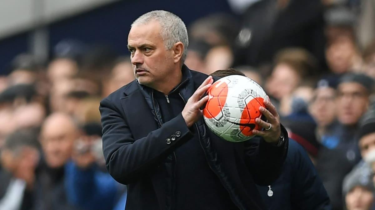 Jose Mourinho'dan yaşlılara yardım! Alkış aldı...