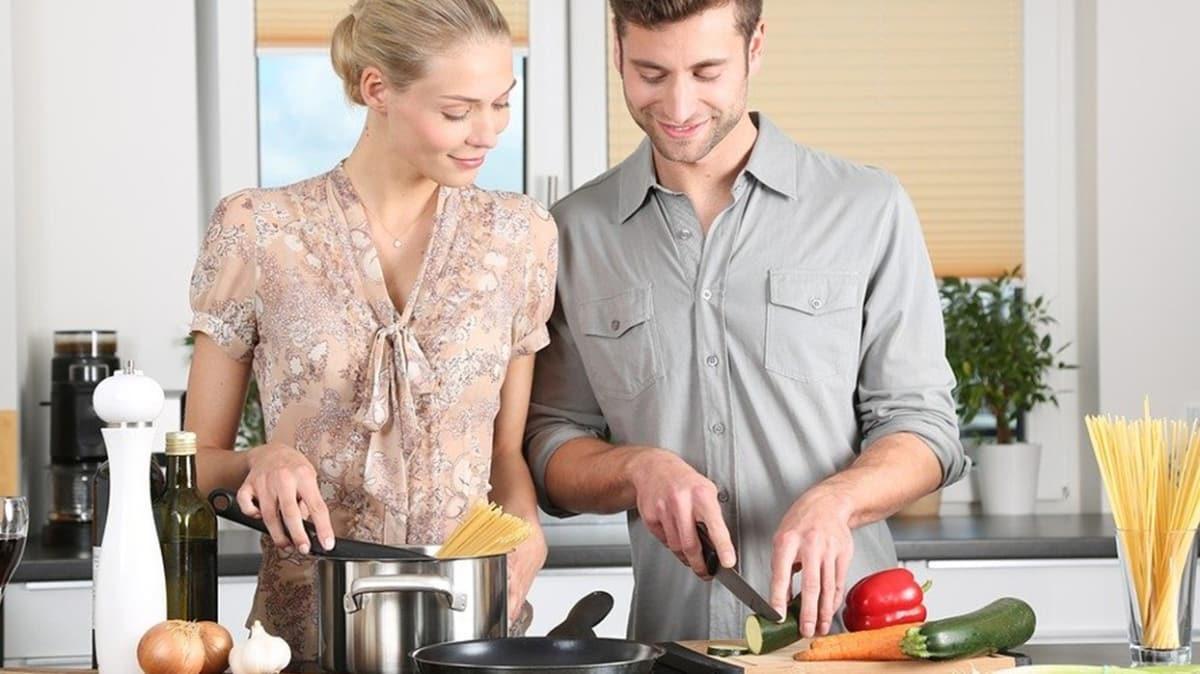 """Neden evde kaldıkça daha çok yiyoruz"""" Yeme isteği psikolojik mi"""""""
