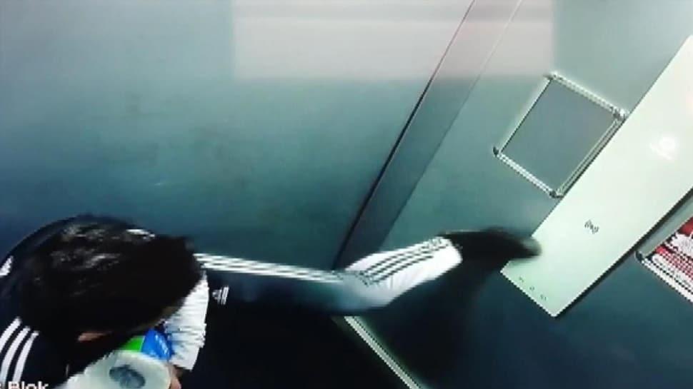 Koronavirüs var diye ayağıyla bastı! Tepki çeken asansör görüntüleri