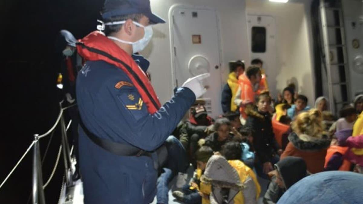İzmir'de lastik botla denizde sürüklenen 24 sığınmacı kurtarıldı