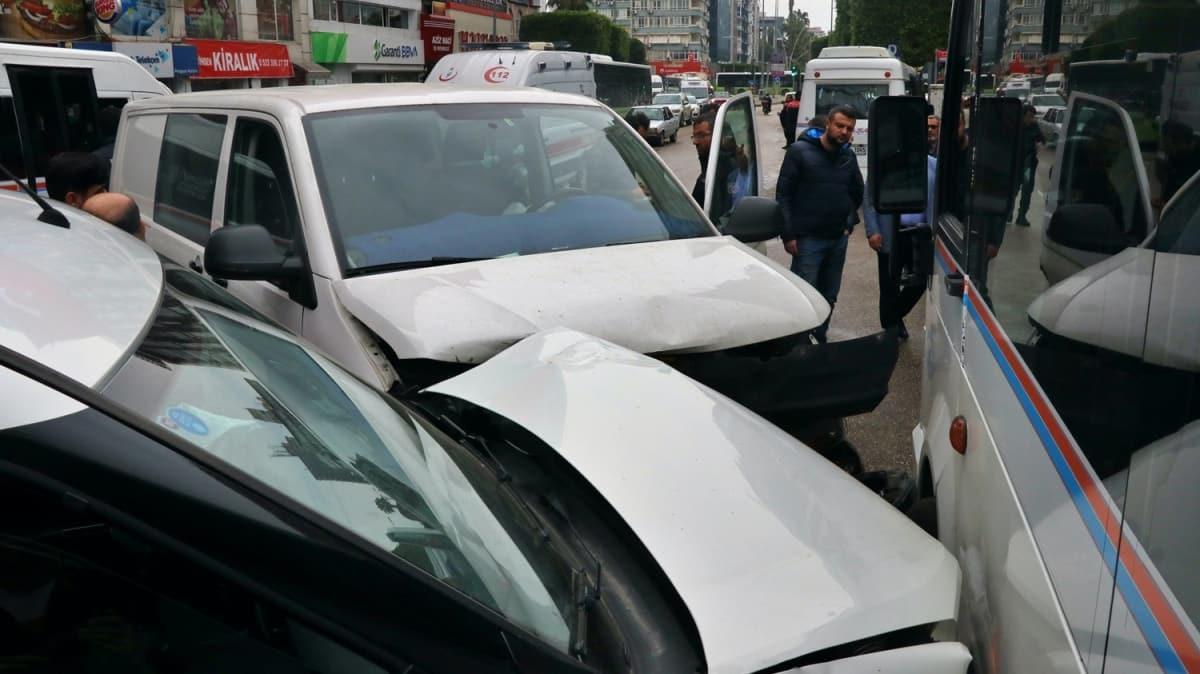 Adana'da trafik kazası: İkisi polis 3 kişi yaralandı