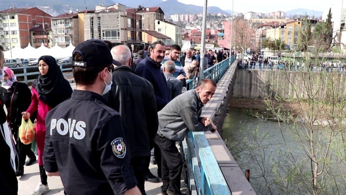 Karabükte 18 yaşındaki gencin köprüden atlamasını vatandaşlar film izler gibi seyretti