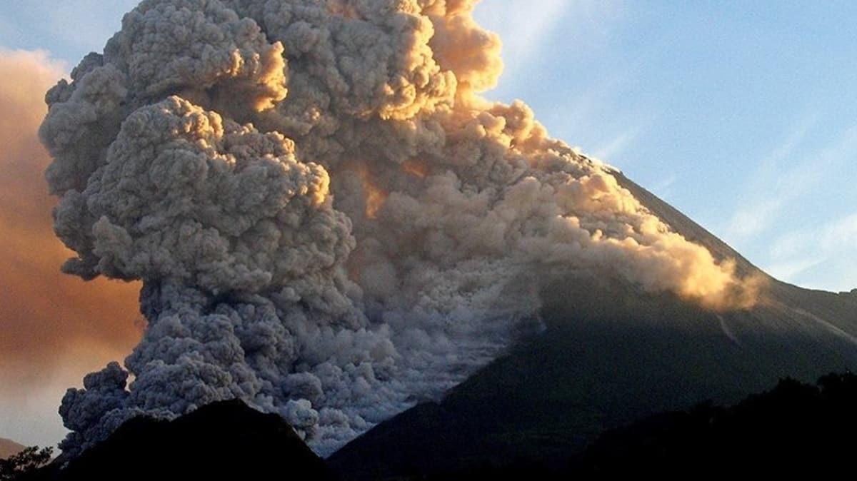 Merapi Yanardağı'nda son 24 saatte 3 patlama! Bölgede alarm verildi