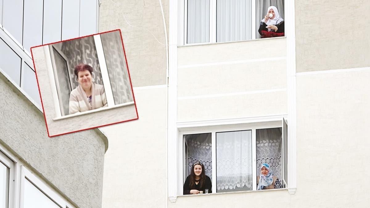 Evden çıkamayan komşuların camdan cama gün keyfi