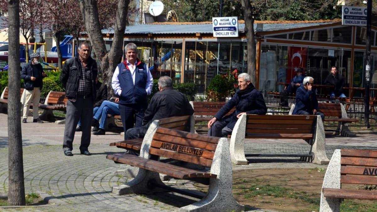 Avcılar'da bir grup vatandaş 'Evde kal' çağrılarına direnerek banklarda oturdu