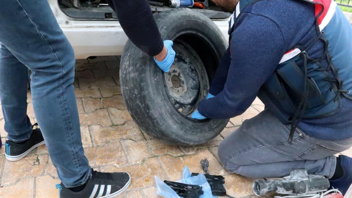 Şanlıurfa'da yedek lastiğe gizlenmiş 18 tabanca ele geçirildi
