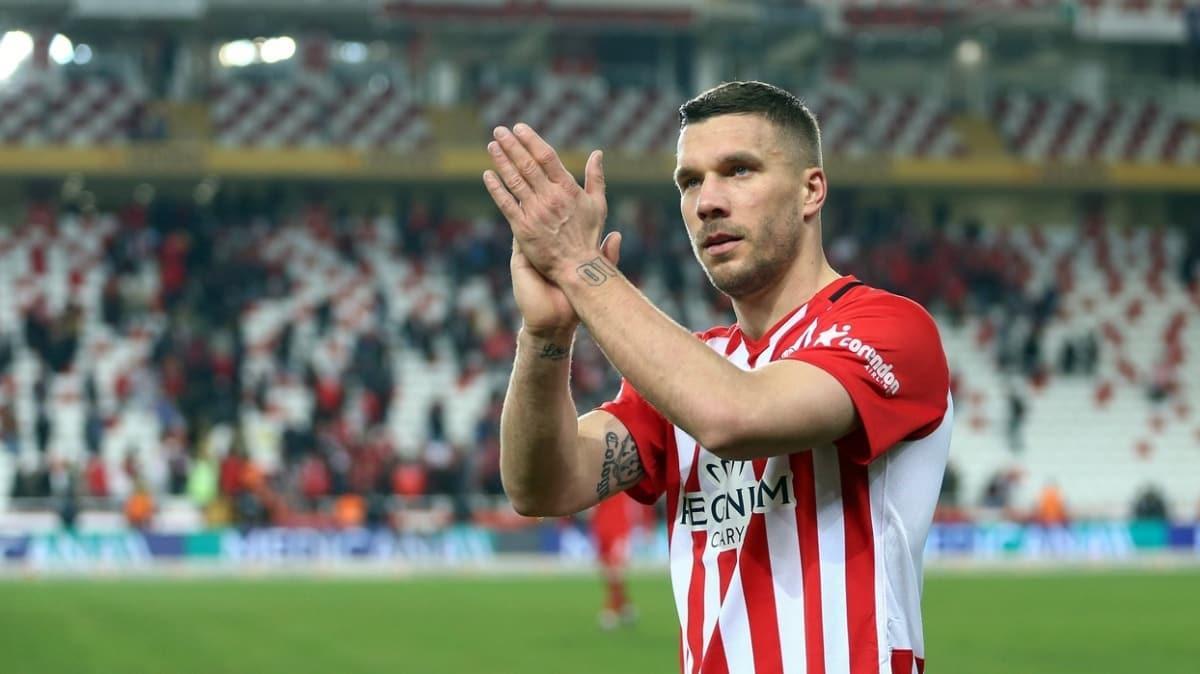 Lukas Podolski: Almanya'da durum kötü, Antalya'da güvendeyim