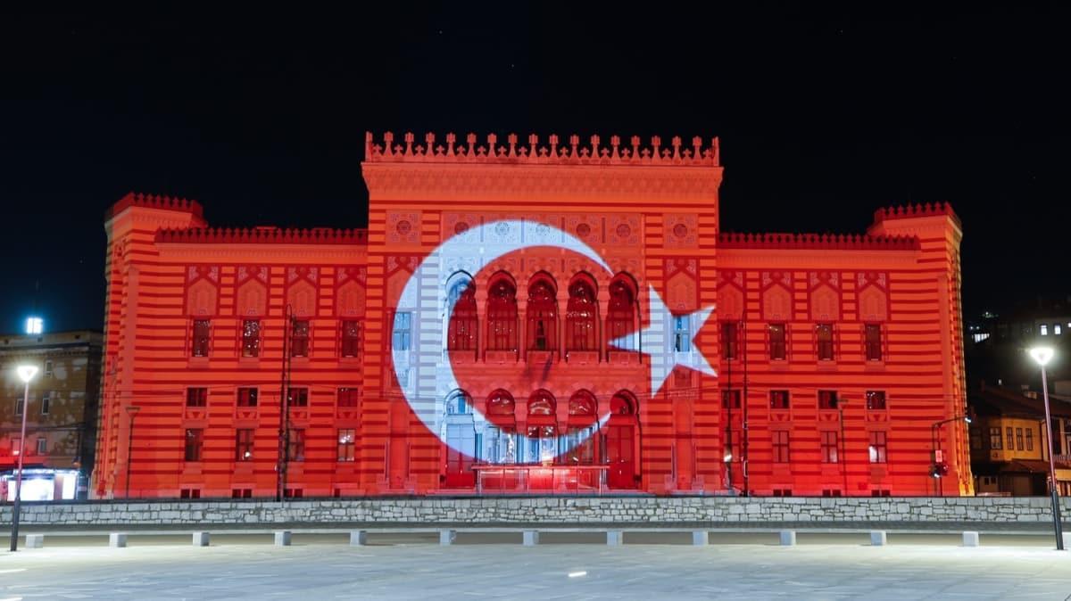Saraybosna'nın sembollerinden Vijecnica, Türk bayrağının renklerine büründü