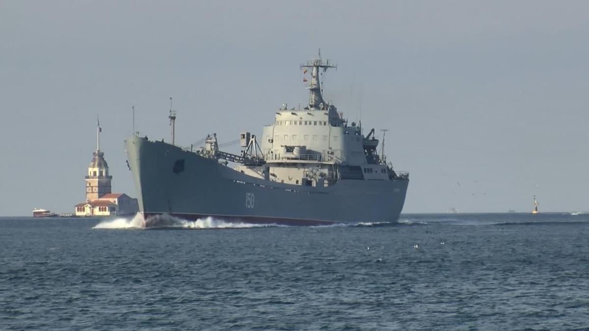 Rus savaş gemisi Saratov İstanbul Boğazı'ndan geçti