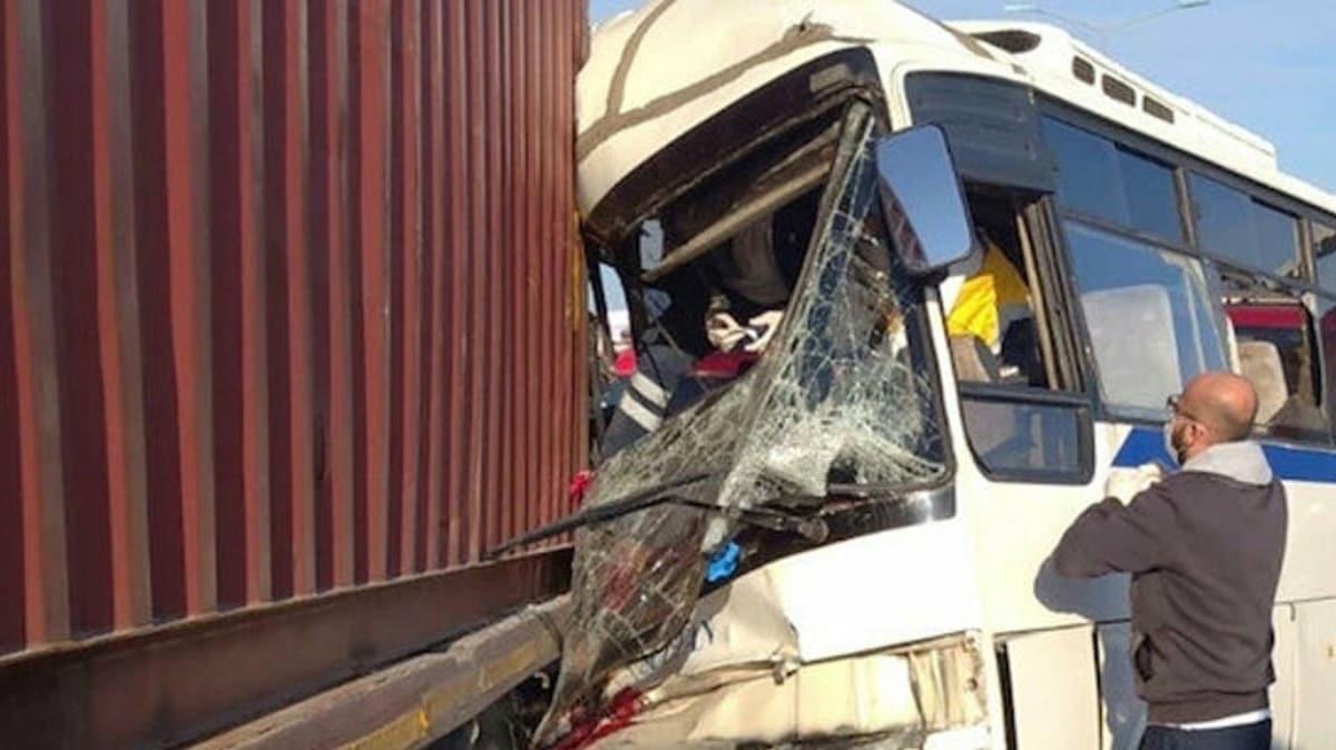 Manisa'da işçi servis minibüsü park halindeki tıra çarptı: 1 ölü, 15 yaralı