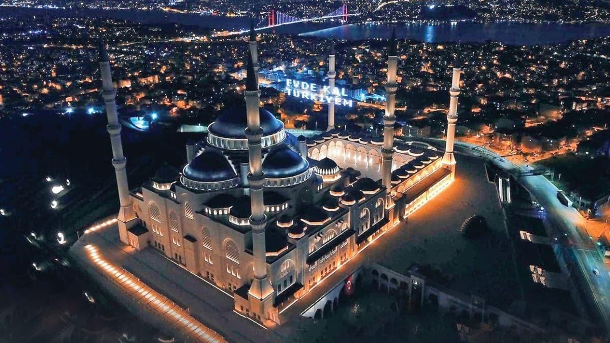 Çamlıca Camii'nde 'Evde kal Türkiyem' mahyası