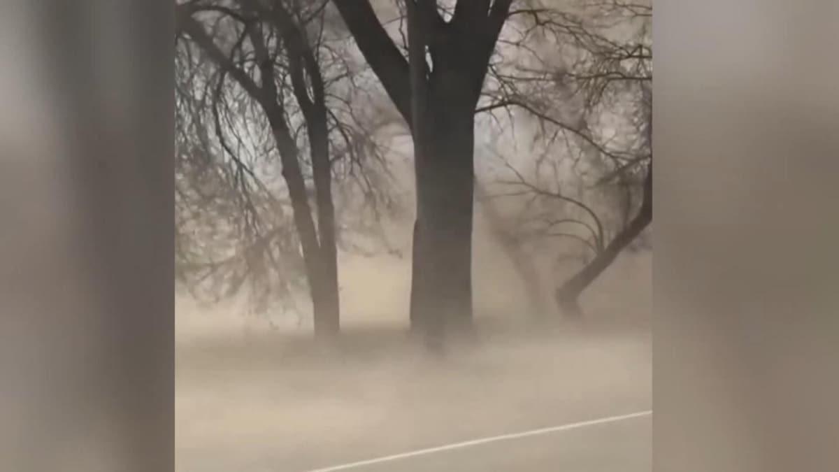 Ukrayna'da toz fırtınası kameralarca kaydedildi
