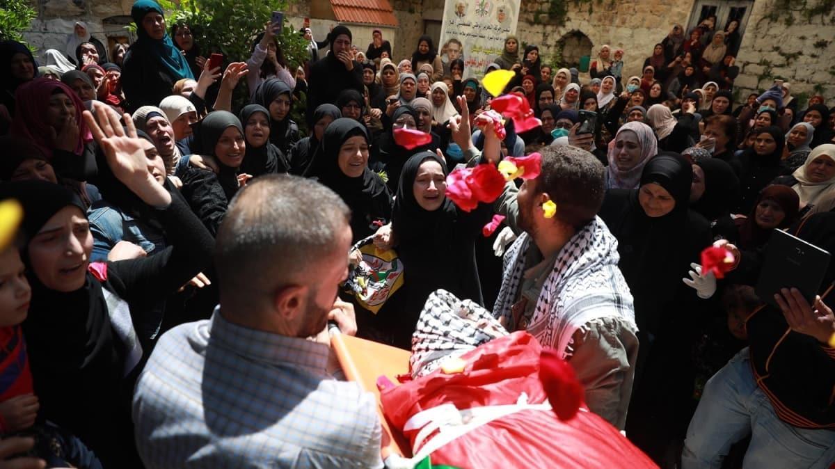 İsrail'in hapishanelerinde hayatını kaybeden Filistinli genç defnedildi
