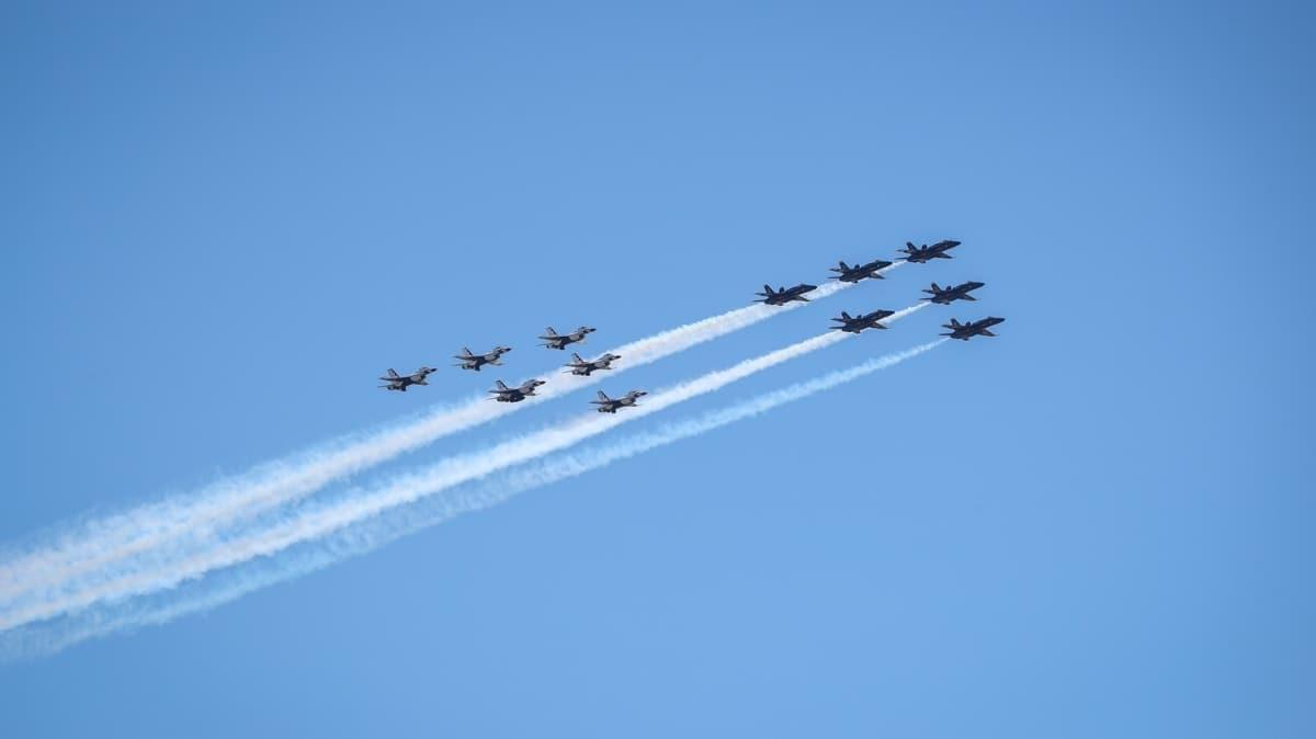New York'ta savaş uçaklarından sağlık personellerine destek gösterisi