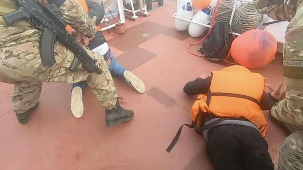 Kayıkla Norveç'e geçmeye çalışan 2 mültecinin FSB tarafından yakalandığı görüntüler oraya çıktı