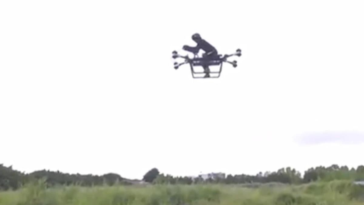 Bin 560'ıncı denemede başardı! Uçan motosiklet icat etti