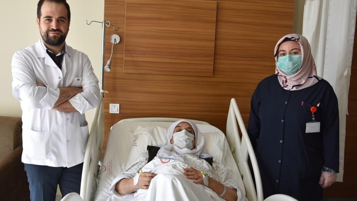 63 yaşındaki kadının yumurtalığından 23 santimetre çapında kitle çıkarıldı
