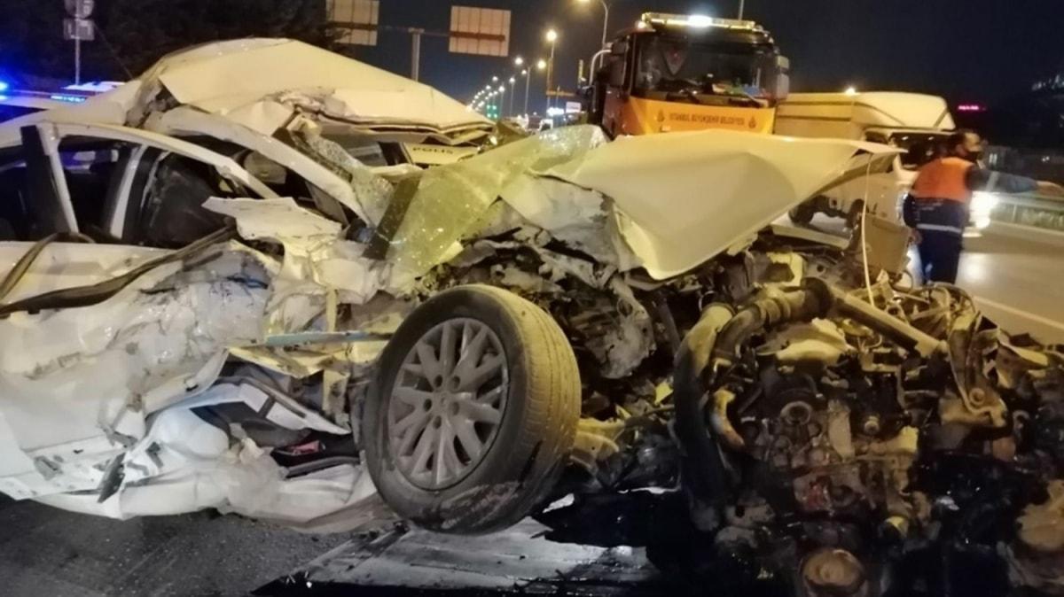 Kartal'da otomobil durakta bekleyen otobüse çarptı: 1 yaralı