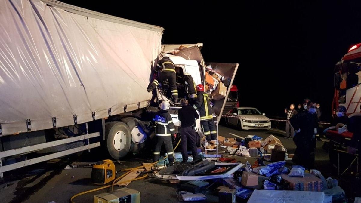 TEM'de feci kaza! Kargo kamyonları çarpıştı