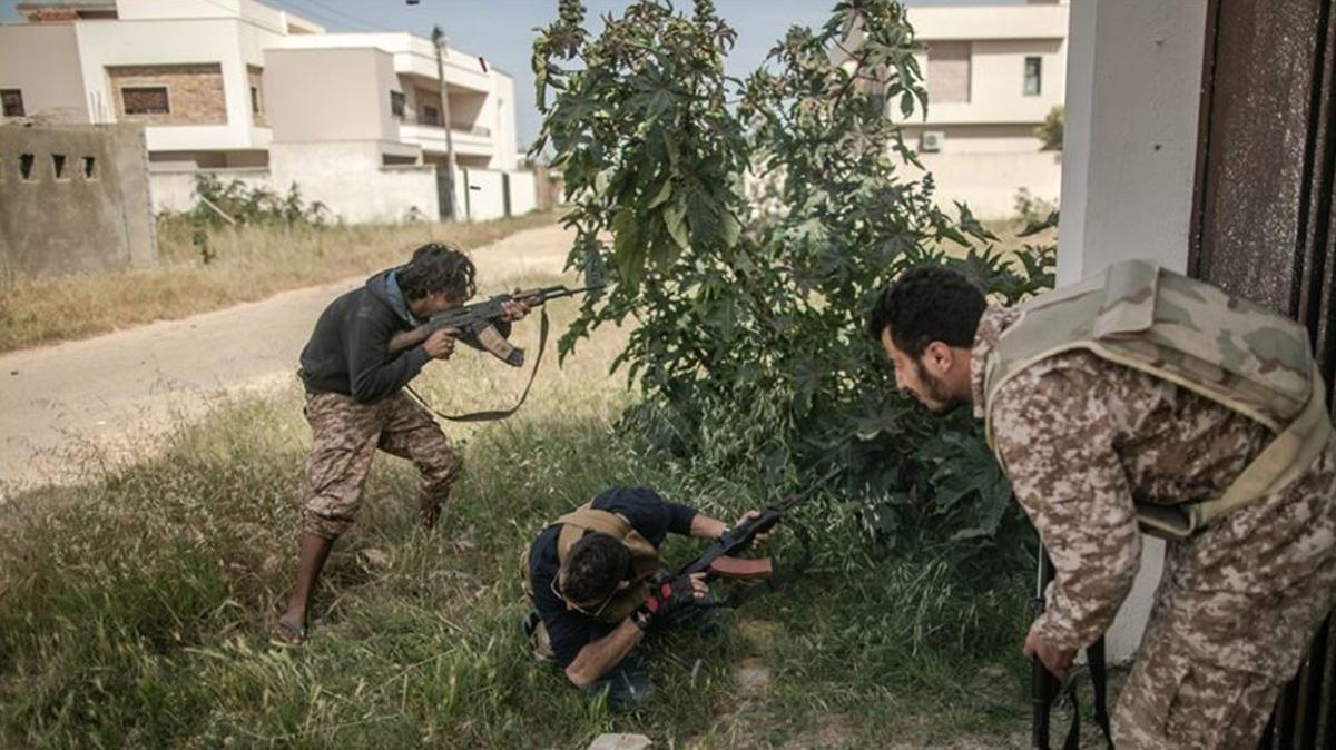Libya ordusu, Hafter milislerinin işgalindeki kritik önemdeki Vatiyye Hava Üssü'nü tamamen kuşattı