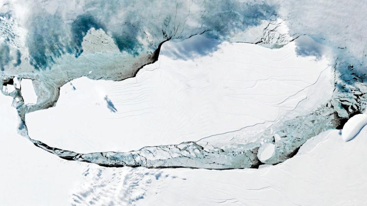 En büyük yüzen buzdağı çatladı