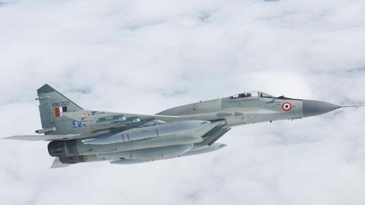 Hindistan Hava Kuvvetleri'ne ait savaş uçağı düştü
