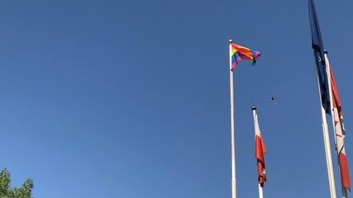 LGBT bayrağı ülkede tepkilere neden oldu: 'Derhal özür dileyip o bayrağı indirin'