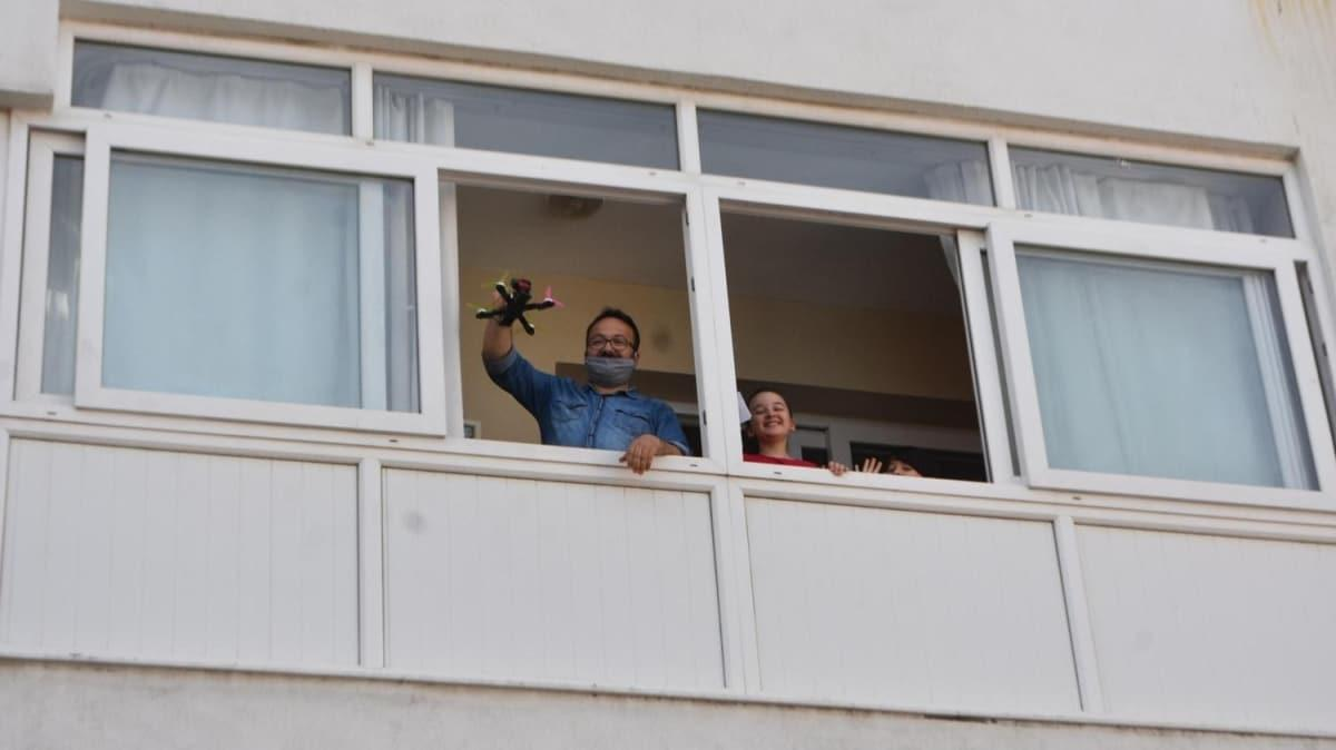 Çocuklar camlara koştu! Sürprizlerini drone ile aldılar