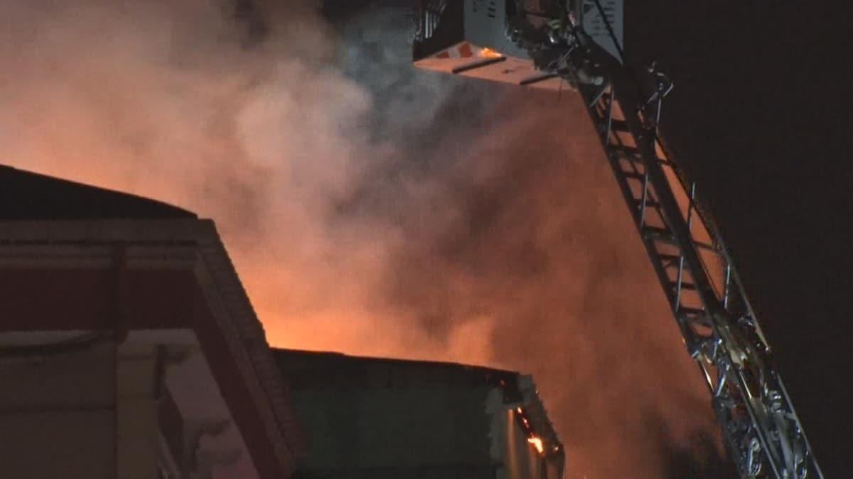 Küçükçekmece'de 4 katlı binanın çatısı alev alev yandı