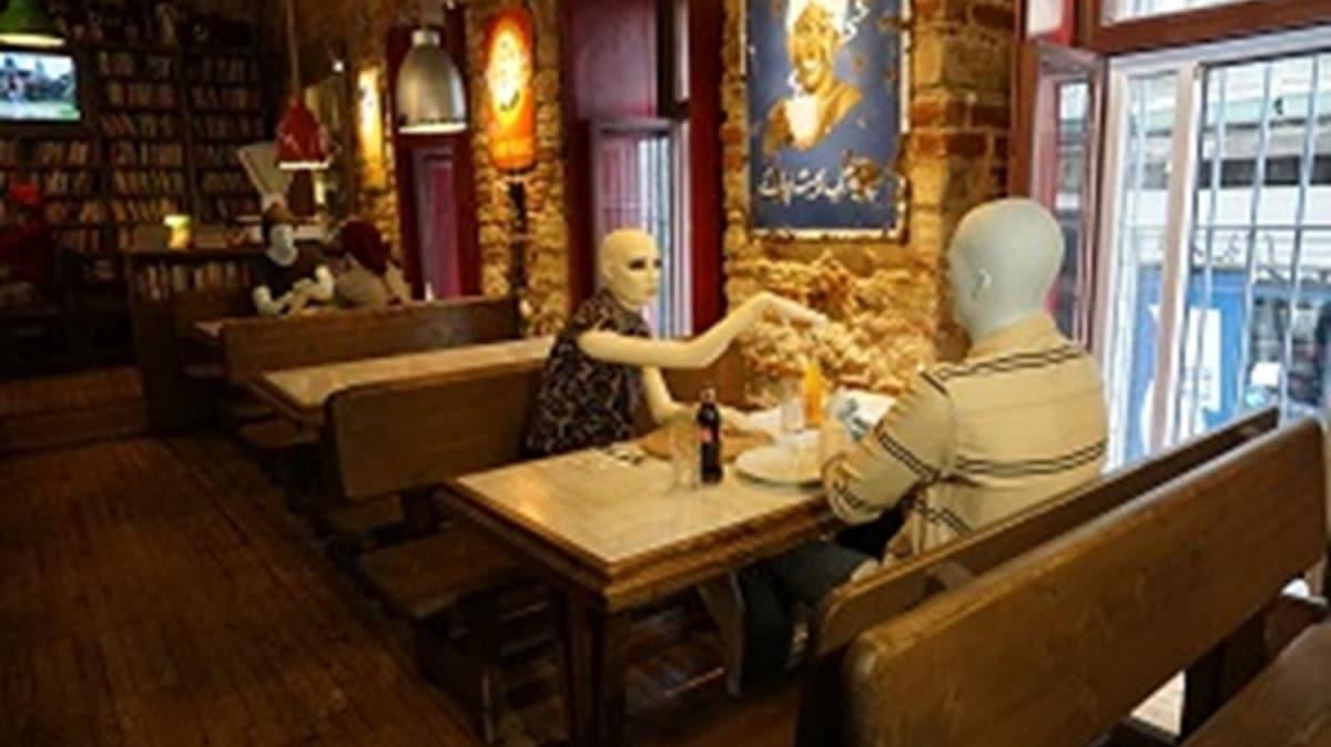 Kontrollü sosyal hayatta dikkat çeken tedbir: Cansız mankenle masalar arası mesafe
