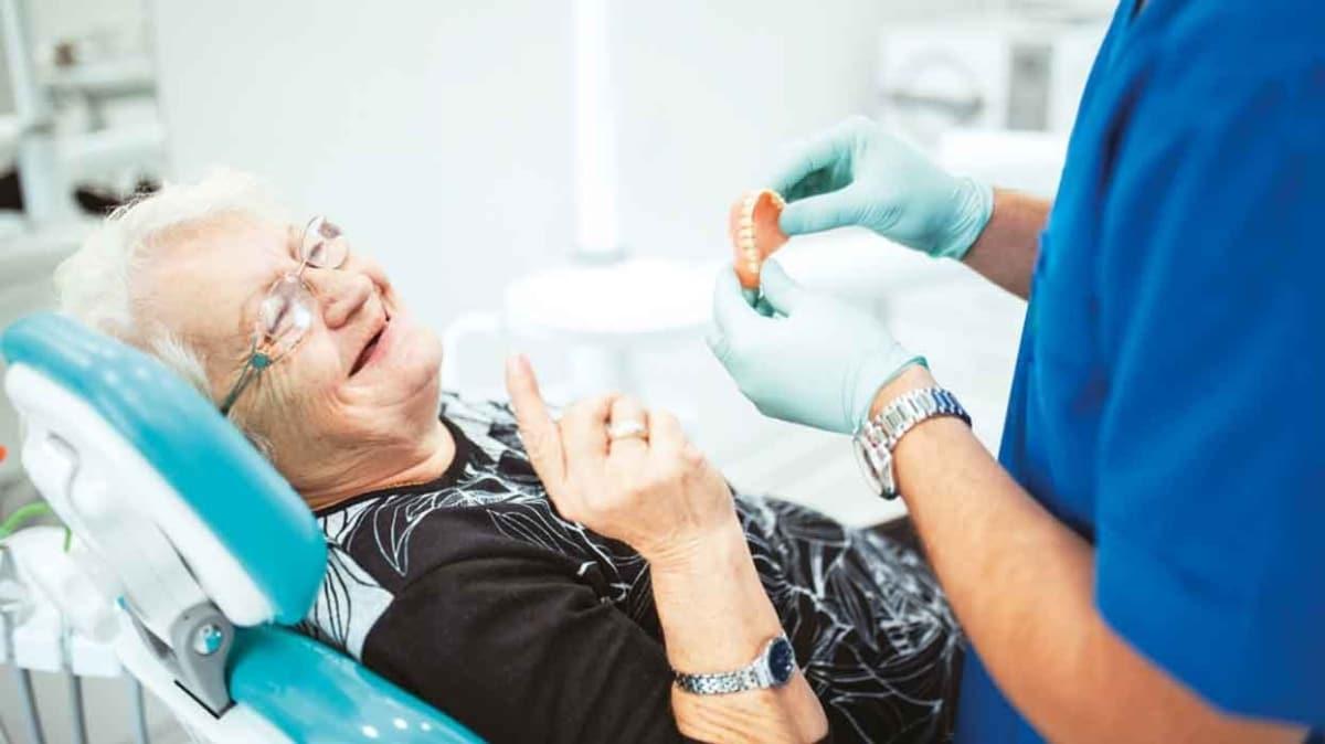 Takma diş kullananlar dikkat! Damak şekliniz değişebilir