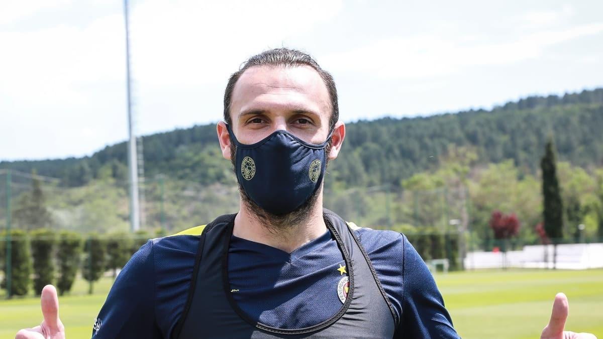Fenerbahçe'de logolu maskeler satışa sunuldu