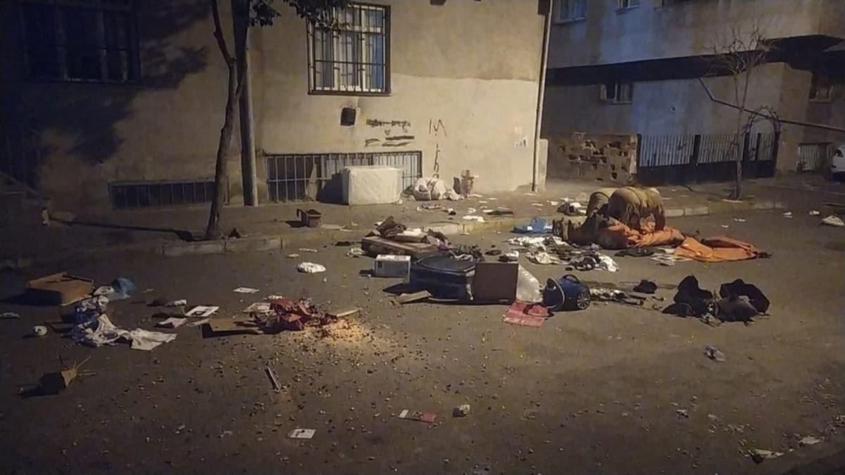 Sinir krizi geçiren adam eşyaları baltayla parçalayıp sokağa attı
