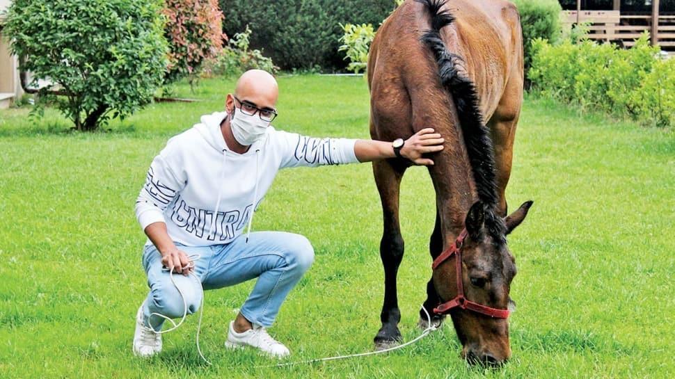 Sokakta bulduğu atı evine getirdi