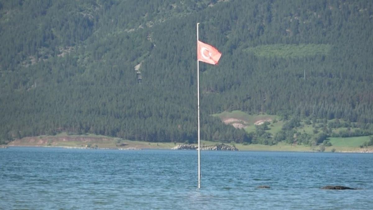 Sular yükseldi, sadece Türk bayrağı su yüzeyinde kaldı