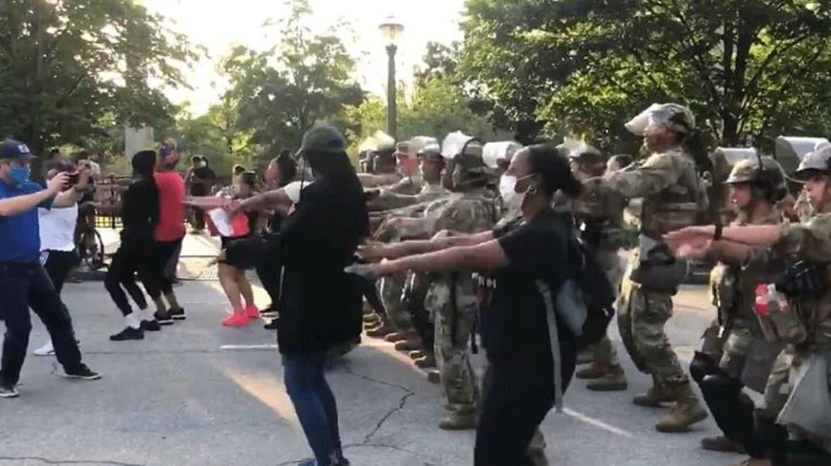ABD'deki protestolarda şaşırtan görüntü! Askerlerde katıldı