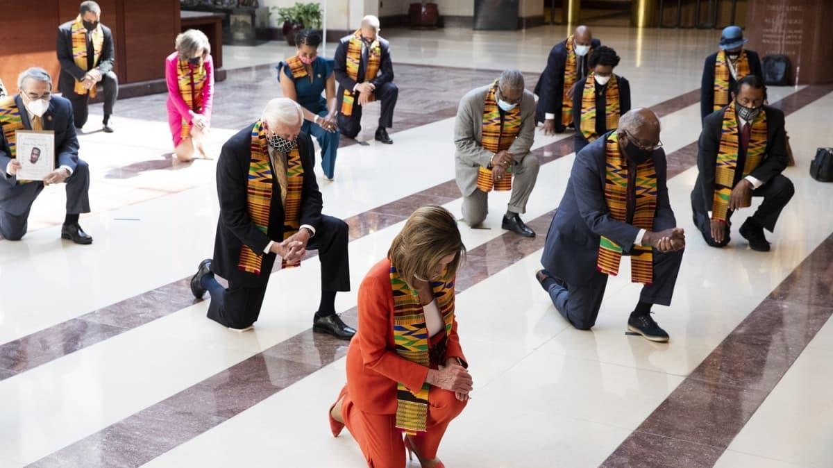 ABD'de Demokrat Kongre üyelerinden  dikkat çeken anma... Floyd için diz çöktüler!
