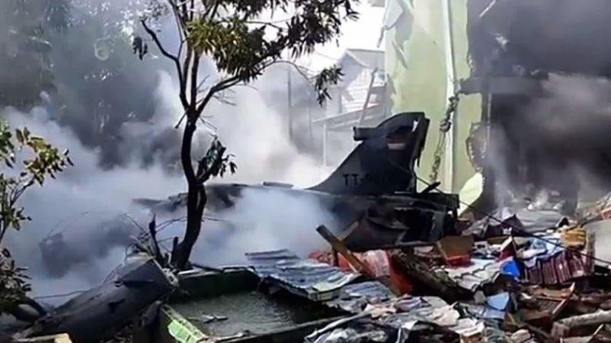 Endonezya'da askeri savaş uçağı düştü