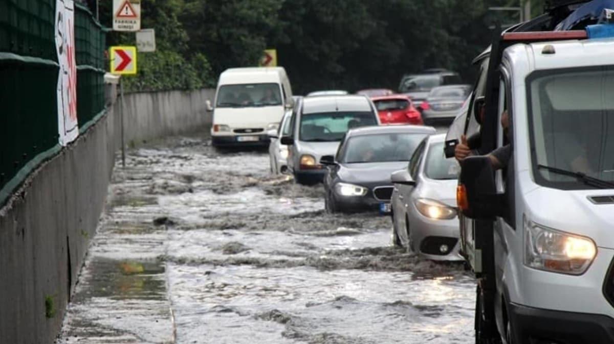 İstanbul'u sel götürüyor! İşte trafikte son durum...