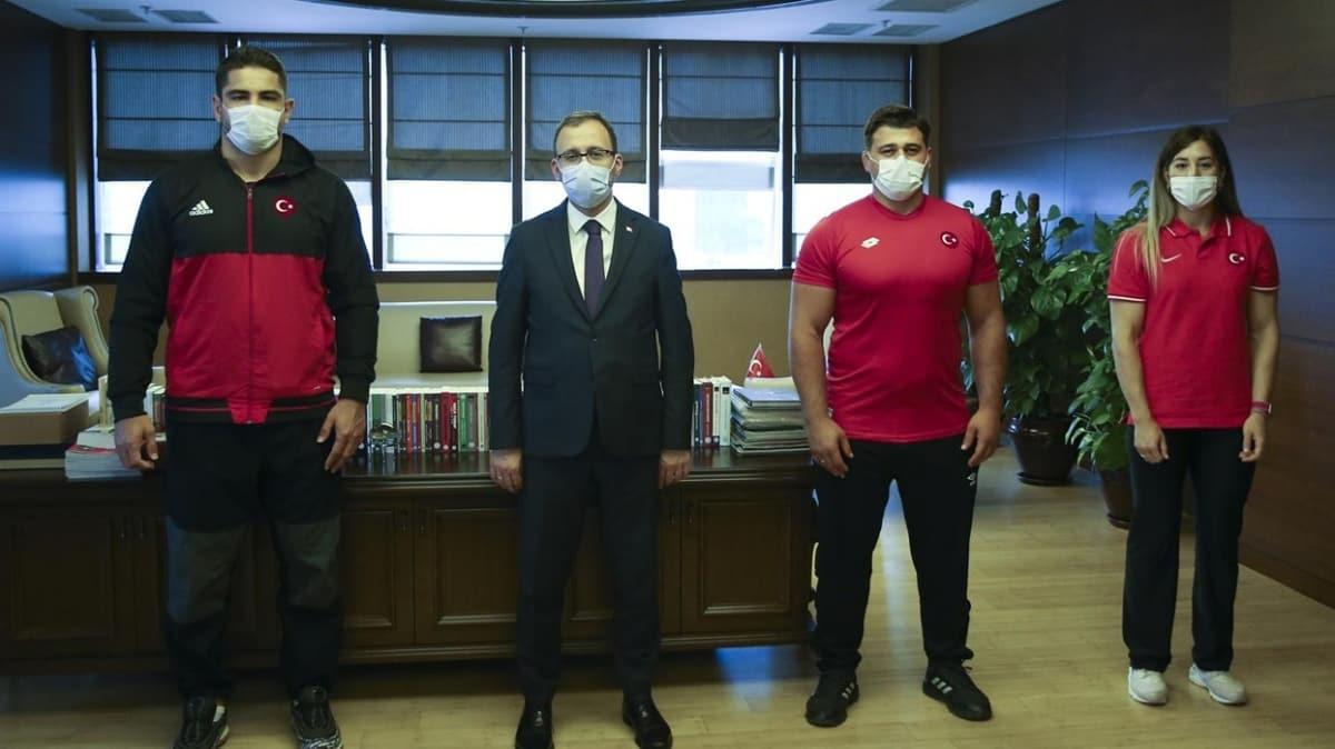 Milli güreşçiler, Bakan Kasapoğlu'nu ziyaret etti