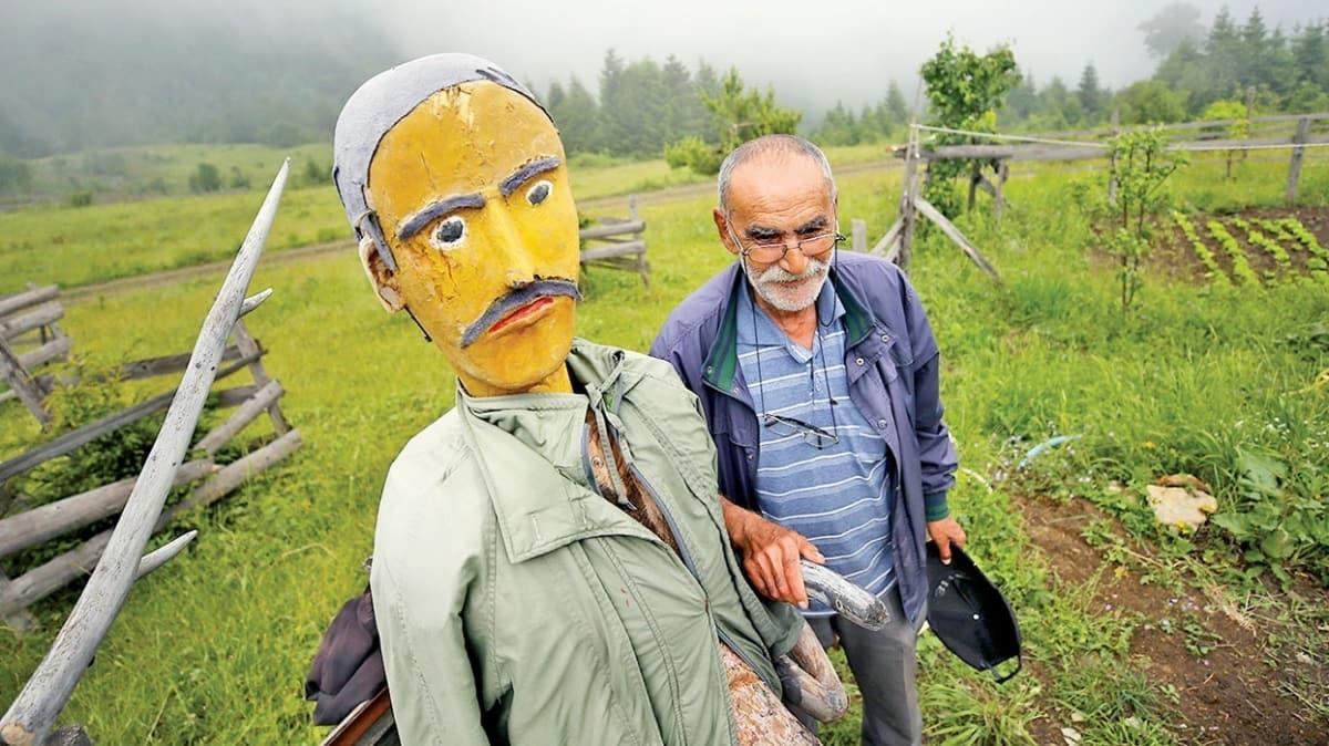 Emekli ormancıdan ilginç taktik! Sevimli korkuluklarla evini koruyor
